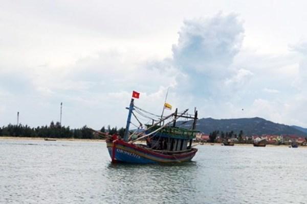 Nghệ An: Kịp thời cứu hộ ngư dân bị thương cùng tàu cá bị hỏng máy