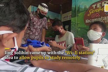 Học sinh nghèo đi nhặt rác đổi lấy wifi học trực tuyến tại Indonesia