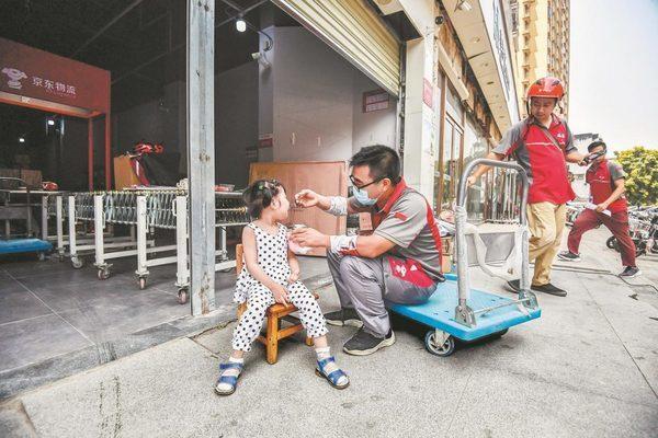 Cảm phục người cha Trung Quốc mang theo con bại não đi giao hàng
