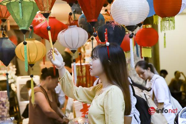 Giới trẻ 'check-in' phố Hàng Mã rực rỡ sắc màu Trung thu