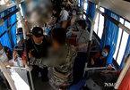 Trung Quốc: Phụ xe dũng cảm tay không ngăn hành khách có dao tấn công