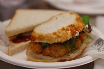 Cận cảnh món bánh mỳ kẹp cá mất 10 năm để hoàn thành