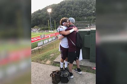 Y tá giúp người bố mắc bệnh hiểm nghèo tham dự trận đấu cuối với con trai