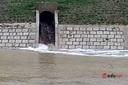 Người dân phát hiện dòng nước đen đổ từ công ty chế biến gỗ ra Khe Trươi