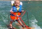 Hi hữu: Cậu bé 6 tháng tuổi lướt ván điêu luyện trên hồ nước
