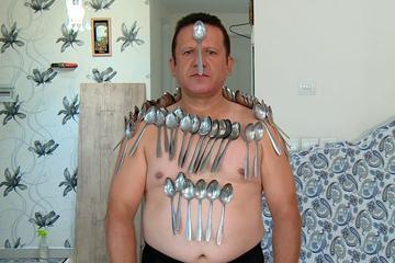 Kỳ lạ người đàn ông có khả năng hút mọi đồ vật lên da