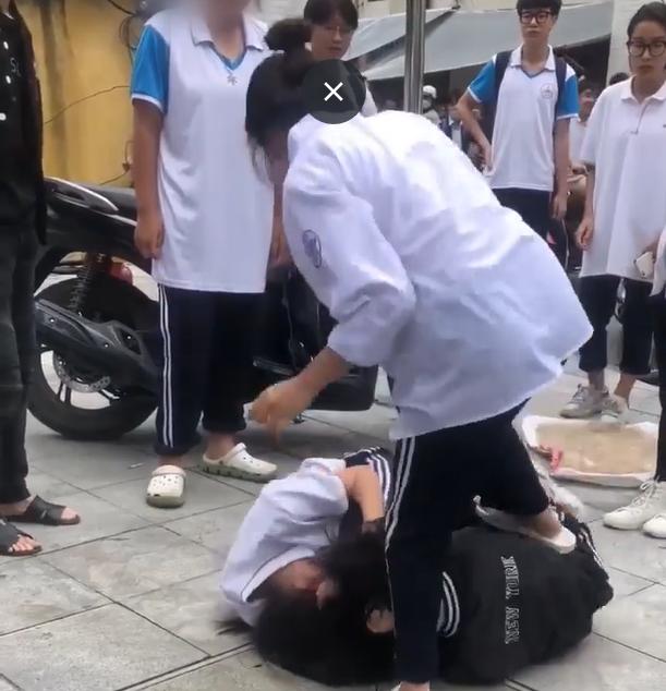 Xôn xao clip nữ sinh lớp 10 ở Hà Nội đánh nhau trước cổng trường