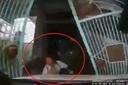 Lái ô tô sang đường, cô gái lao thẳng vào người đàn ông đứng sau cánh cổng