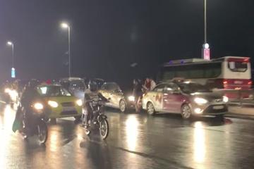 3 vụ tai nạn liên tiếp, hàng chục ô tô va chạm trên cầu Nhật Tân