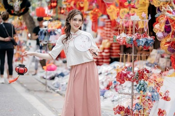 """Nữ diễn viên múa gây """"sốt"""" với bộ ảnh Trung thu trên phố Hàng Mã"""