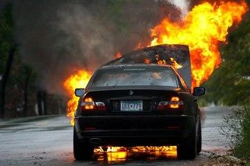 Mỹ: Ô tô bốc cháy, người dân và cảnh sát hợp sức cứu người