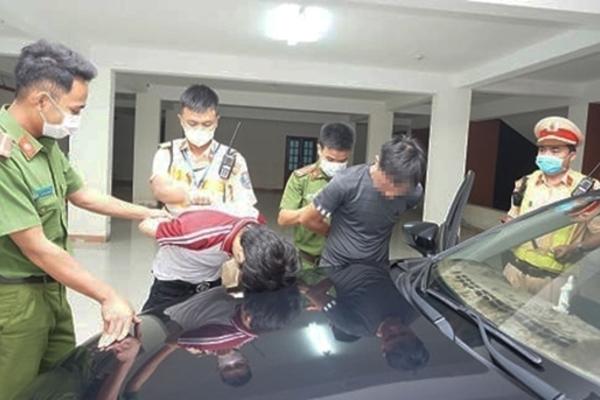 CSGT Quảng Nam truy đuổi 40km bắt đối tượng dương tính với ma túy giấu 'hàng nóng' trong ô tô