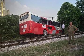 Tai nạn 6 học sinh bị thương: Tài xế cố tình vượt qua đường sắt?