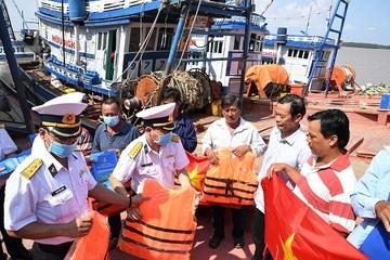 Vùng 2 Hải quân tặng ngư dân tỉnh Sóc Trăng 500 lá cờ Tổ quốc
