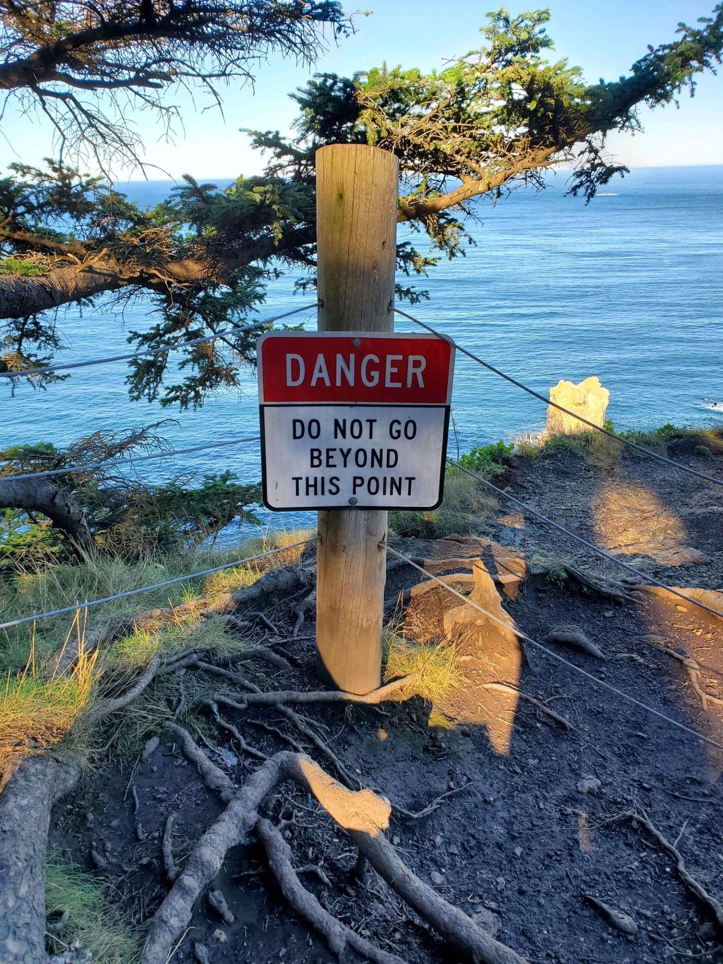 Hi hữu: Mải chụp ảnh tự sướng, người đàn ông rơi khỏi vách đá