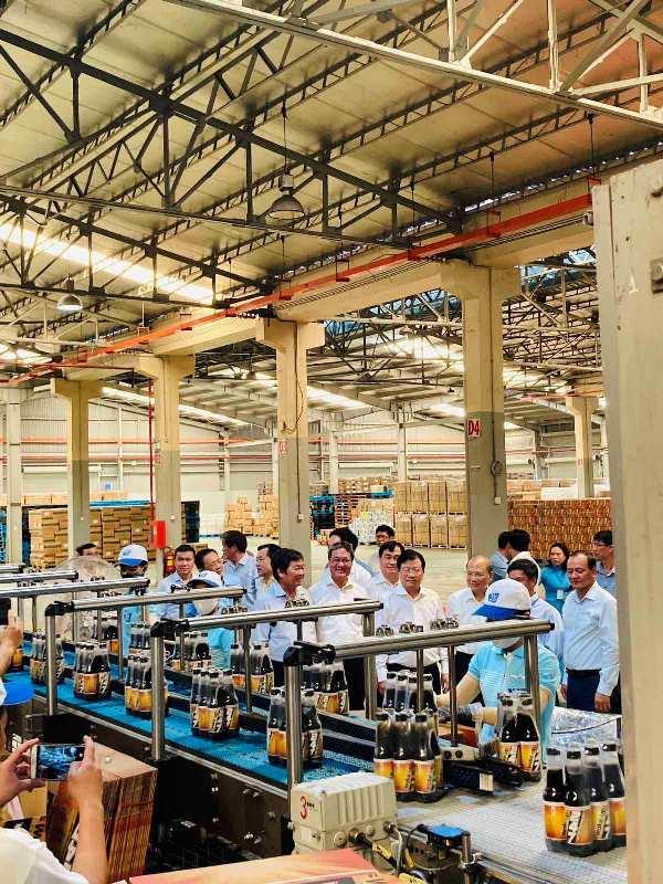 Phó Thủ tướng Trịnh Đình Dũng thăm Nhà máy Nước khoáng Vĩnh Hảo