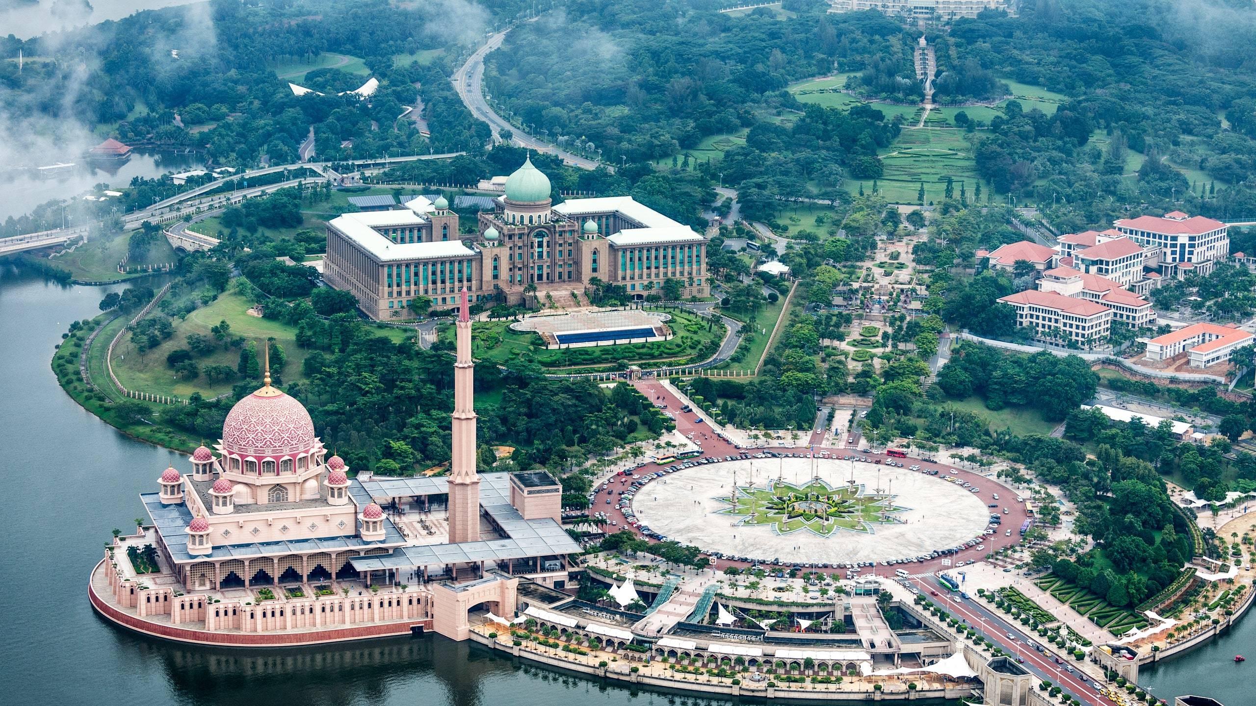 Cận cảnh vòng xuyến lớn nhất thế giới ở Malaysia