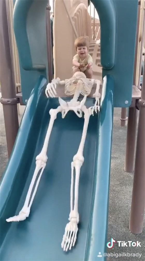 Kỳ lạ chuyện cậu bé 2 tuổi kết bạn với 'bộ xương'