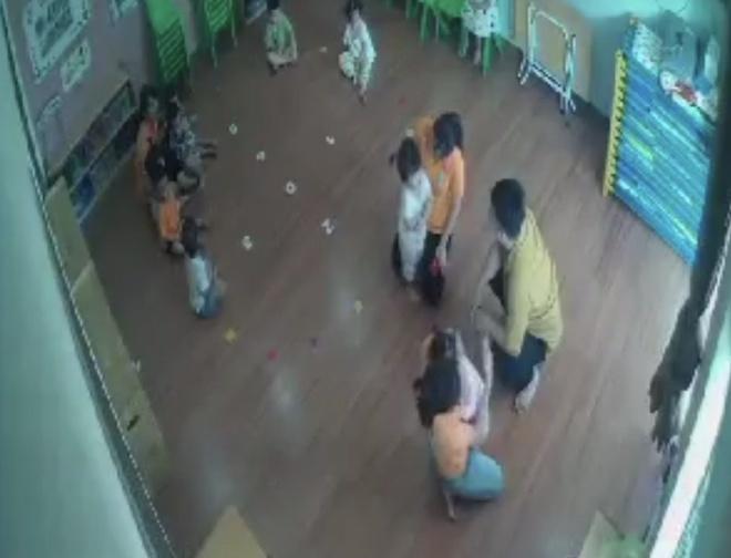 Vụ bé 2 tuổi bị bố bạn đánh ở lớp: Phụ huynh... bặt tăm, 3 cô giáo bị đình chỉ