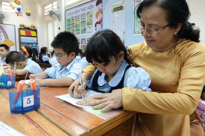 Chương trình lớp 1 mới: Giáo viên mệt nhoài dạy học và... nghe điện thoại phụ huynh
