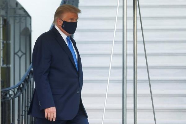 Thực hư ông Trump phải thở oxy trước khi tới bệnh viện?