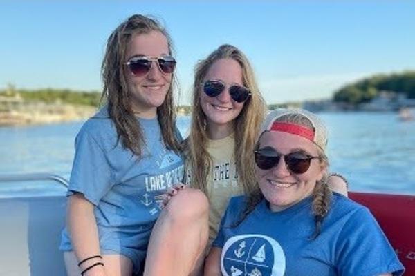 Cuộc sống đầy nghị lực của 3 cô gái sinh ba đặc biệt với một đôi dính liền