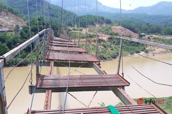Thanh Hóa: Cầu treo hư hỏng lật nghiêng, hàng nghìn người dân 'ớn lạnh' qua sông bằng đò