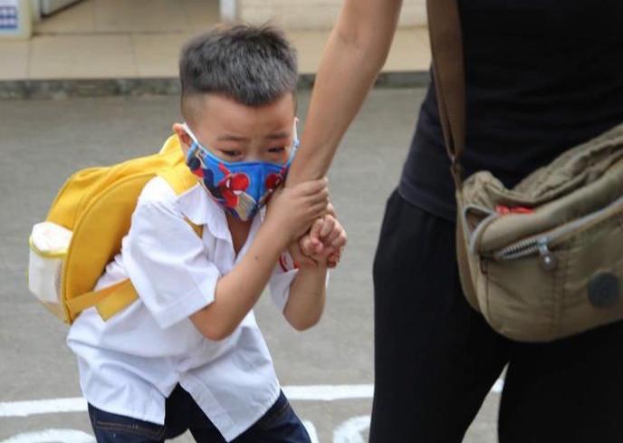Chương trình lớp 1: Cô giáo và phụ huynh giằng co một đứa trẻ ở cổng trường