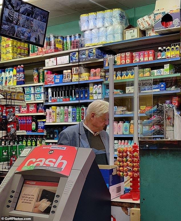 Bố thủ tướng Anh bị bắt gặp không đeo khẩu trang khi đi mua sắm