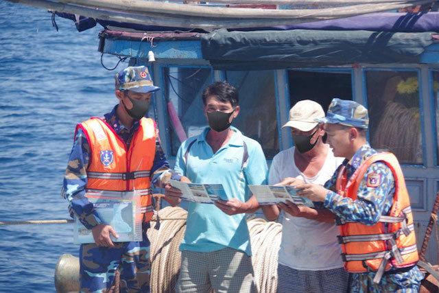 Cảnh sát biển sát cánh cùng ngư dân bám biển