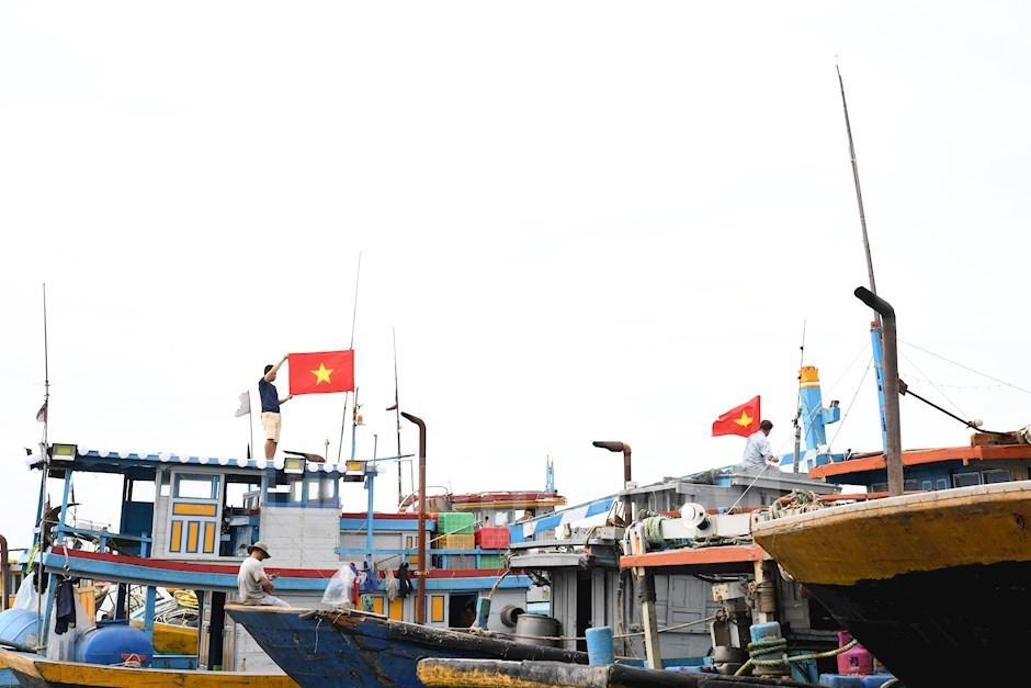 Hải quân giúp ngư dân khai thác thuỷ sản an toàn, đúng luật