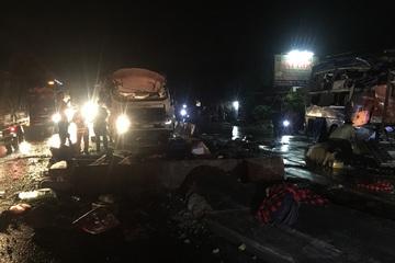 Hiện trường vụ tai nạn giao thông nghiêm trọng, hơn 10 người thương vong ở Tiền Giang