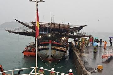 Nhiều giờ vật lộn với sóng biển cứu 39 thuyền viên ở Quảng Nam