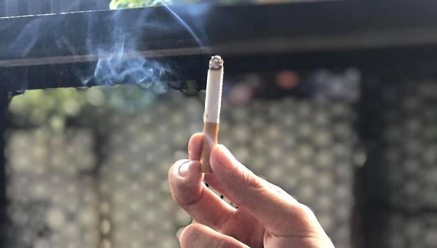 Dòng khói thuốc phụ độc hơn người hút hít vào 21 lần