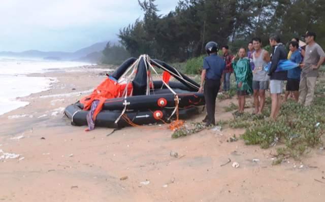 Tàu chở hàng bị sóng đánh chìm trên biển, 11 thuyền viên may mắn được cứu sống