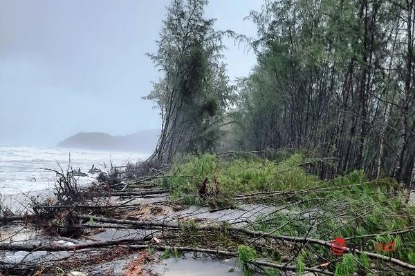 Huế: Mưa lớn sạt lở đất chắn ngang QL49, bờ biển xói lở hơn 9km