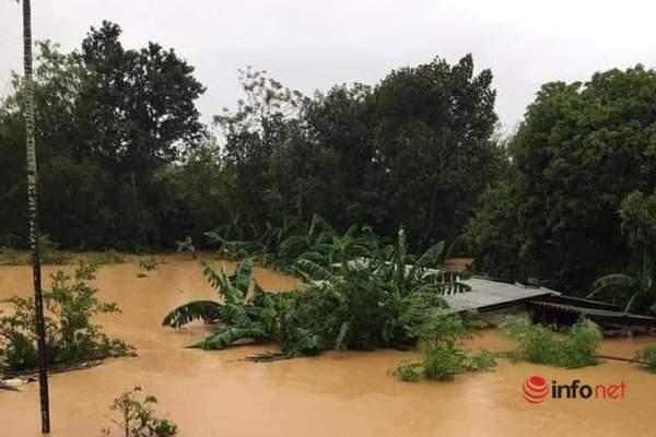 Nước ngập gần nóc nhà, bộ đội dầm mình trong nước lũ giúp dân