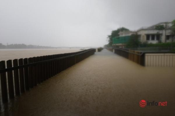 Cầu gỗ đi bộ 'siêu sang' trên sông Hương chìm trong nước, đơn vị thi công nói 'ngâm 45 ngày không sao'