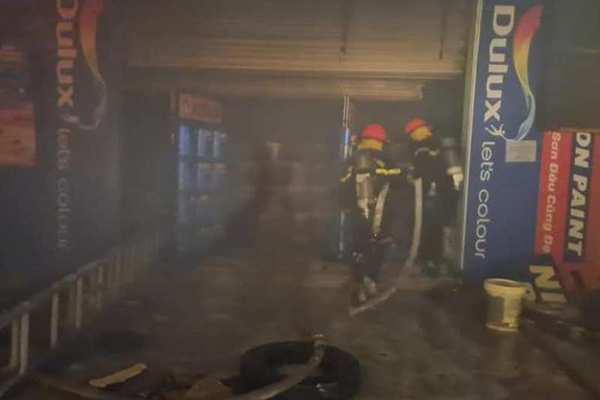 Hà Tĩnh: Bà hỏa thiêu rụi kho sơn trong đêm mưa lớn
