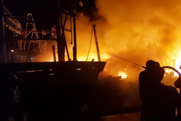 Nghệ An: Cháy lan đồng loạt 4 tàu cá, thiêu rụi hàng chục tỉ đồng