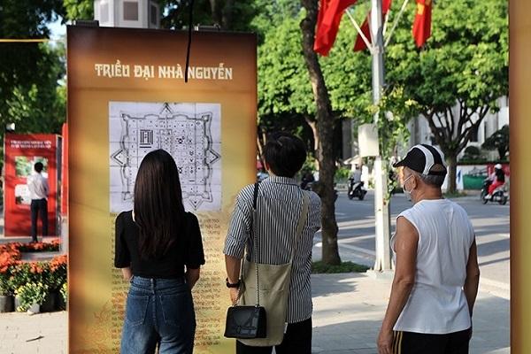 Đường phố rực rỡ cờ hoa dịp 1010 năm Thăng Long - Hà Nội