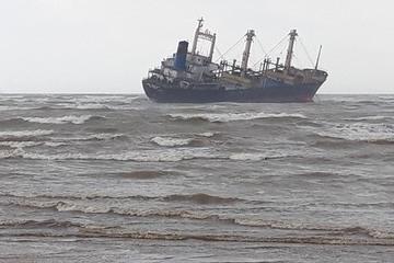 Tàu 950 tấn cùng 17 thuyền viên bị mắc cạn trên biển Hà Tĩnh