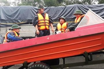 Bộ đội điều xe tải, ca nô vượt lũ dữ đưa sản phụ chuyển dạ đến bệnh viện