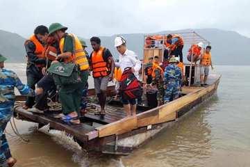 Cứu hộ thành công 16 thuyền viên trên tàu mắc cạn tại biển Hà Tĩnh