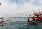 Quảng Nam: Lốc xoáy đánh chìm tàu cá đang neo đậu, 2 cha con mất tích