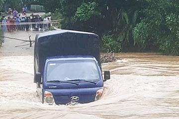 Xe tải bị nước lũ cuốn trôi khi đi qua đập tràn ở Quảng Nam