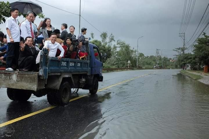Nụ cười hạnh phúc của cô dâu chú rể dùng xe tải rước dâu giữa mùa lũ ở Huế