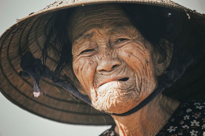 Xúc động hình ảnh bà cụ còng lưng mưu sinh giữa trời nắng