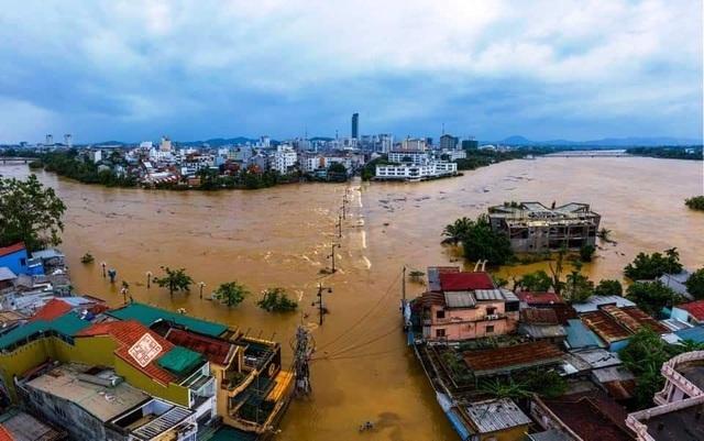 Huế lụt nặng, hơn 58.000 nhà bị ngập, người dân chèo ghe đò trên phố