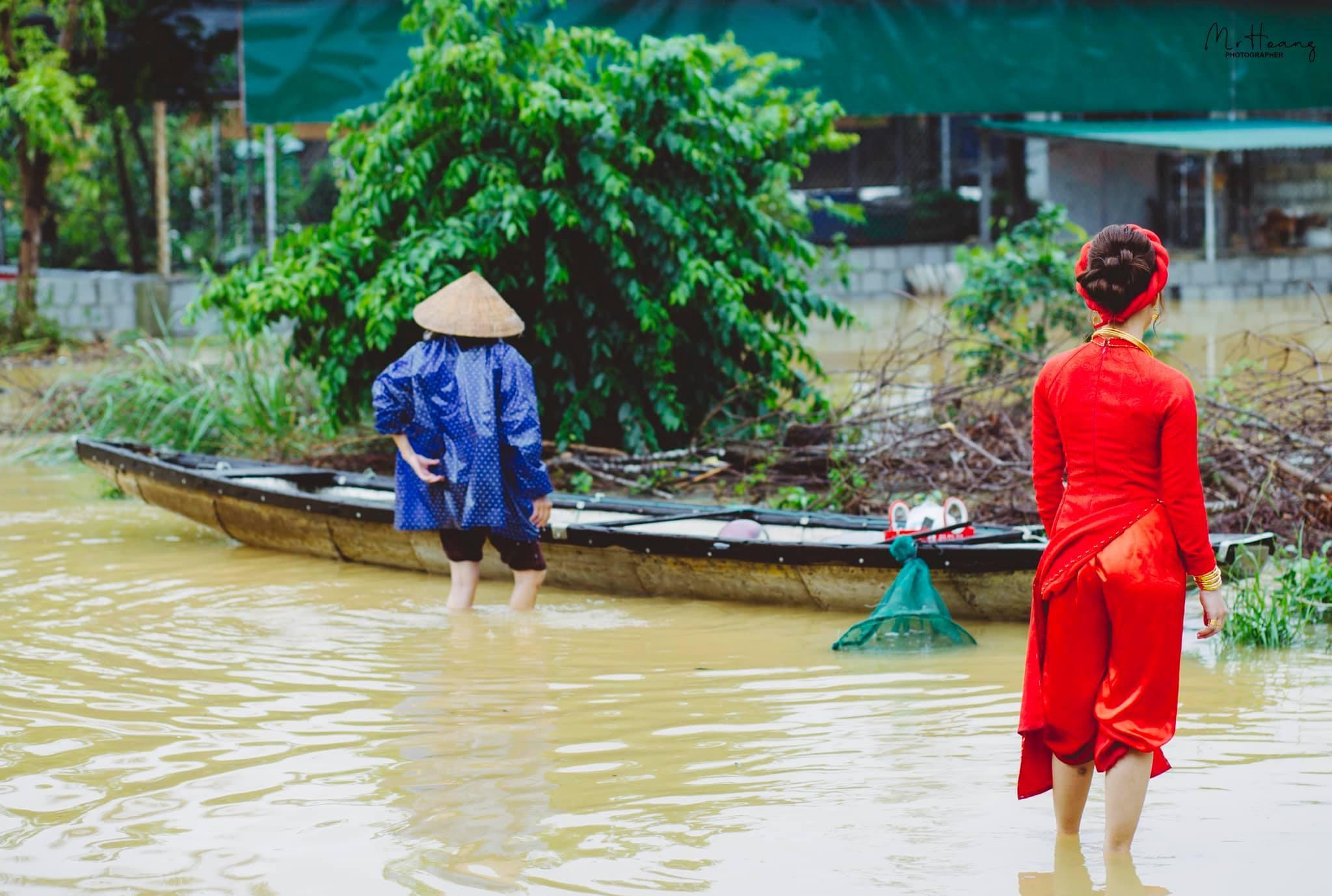 Đám cưới xắn quần đẩy thuyền, lội nước đón dâu giữa lũ lụt xứ Huế